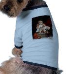 Chica que lava su perro casero camisetas de mascota