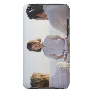 Chica que lee un libro delante de sus padres iPod touch Case-Mate cárcasas