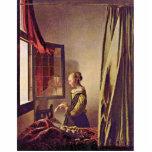 Chica que lee una letra en una ventana abierta, po escultura fotográfica