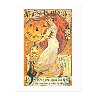 Chica que lleva a cabo el arte de Halloween del Postal