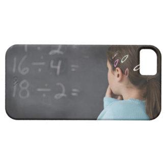 Chica que mira ecuaciones de la matemáticas en la  iPhone 5 coberturas