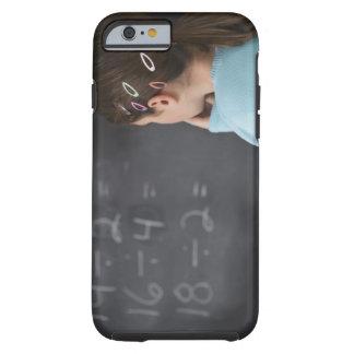 Chica que mira ecuaciones de la matemáticas en la funda de iPhone 6 tough