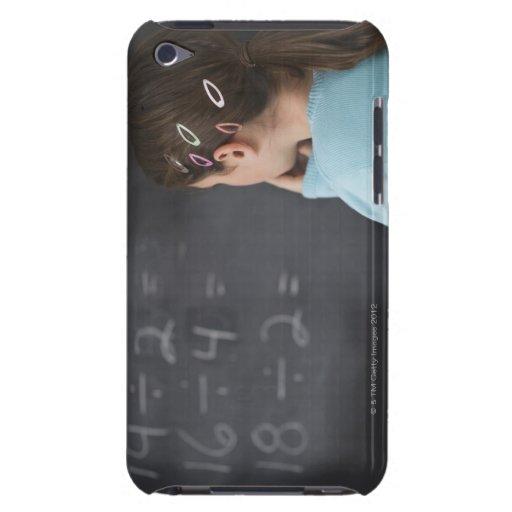 Chica que mira ecuaciones de la matemáticas en la  barely there iPod fundas