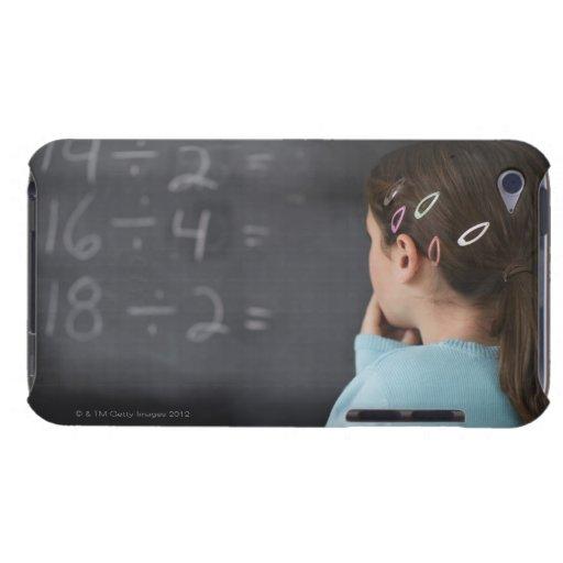 Chica que mira ecuaciones de la matemáticas en la  iPod touch protectores