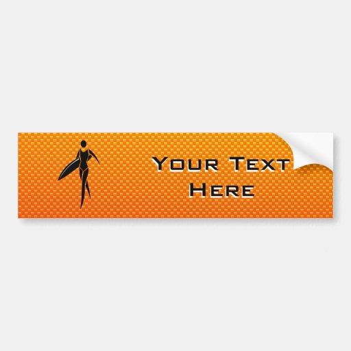 Chica que practica surf amarillo-naranja pegatina para auto