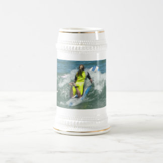 Chica que practica surf jarra de cerveza