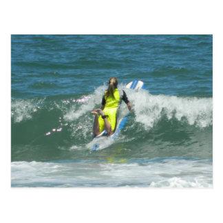 Chica que practica surf postales