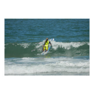 Chica que practica surf póster