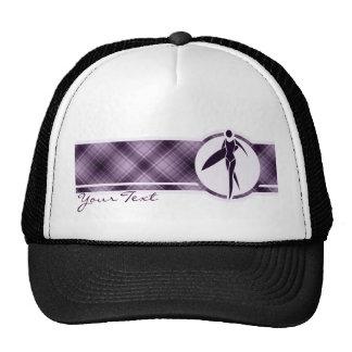Chica que practica surf púrpura gorros