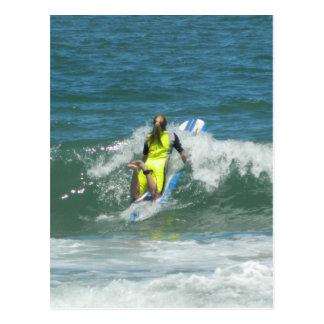 Chica que practica surf tarjetas postales