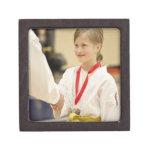 Chica que recibe una medalla en un campeonato del  caja de recuerdo de calidad