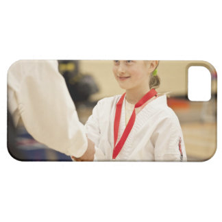 Chica que recibe una medalla en un campeonato del funda para iPhone 5 barely there