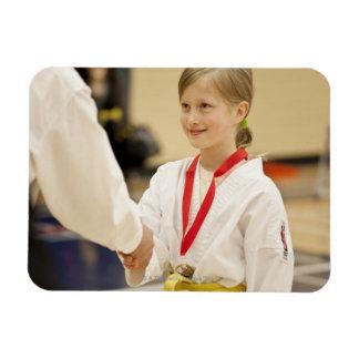Chica que recibe una medalla en un campeonato del  imanes