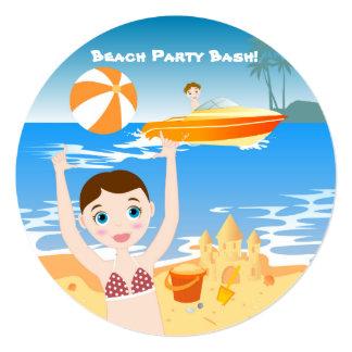 Chica que se divierte en la playa invitación 13,3 cm x 13,3cm