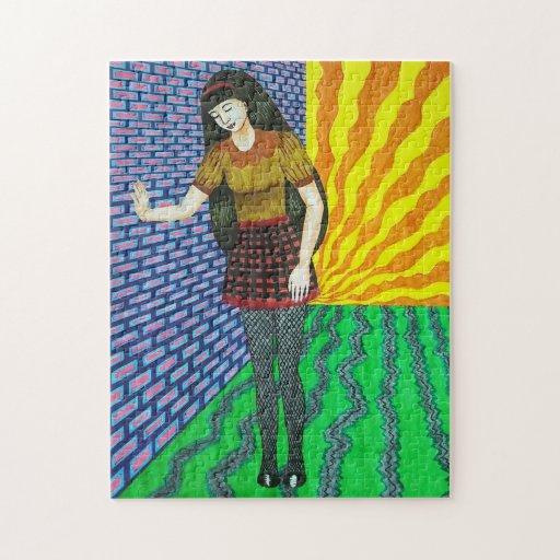 Chica que se inclina en la pared de ladrillo en el puzzle