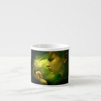 Chica que sopla en una flor taza espresso