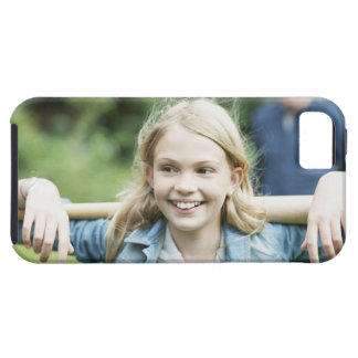 Chica que sostiene el bate de béisbol funda para iPhone SE/5/5s