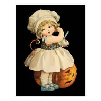 Chica que talla la postal de Apple Halloween