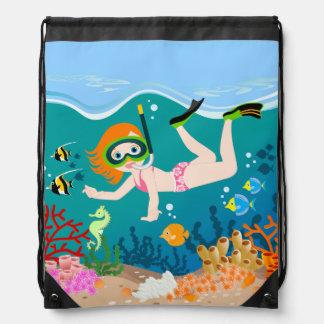 Chica que tiene el salto y natación de la mochila