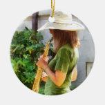 Chica que toca el saxofón adornos
