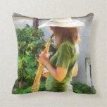 Chica que toca el saxofón almohada