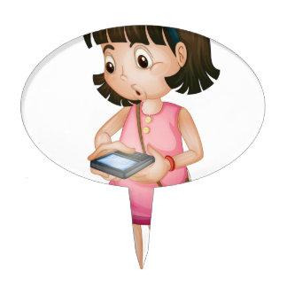 Chica que usa smartphone figuras de tarta