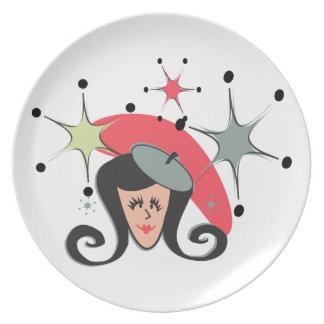 Chica retro con la boina plato de comida