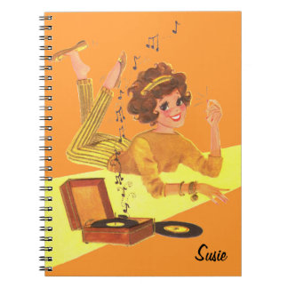 Chica retro de la música libro de apuntes con espiral