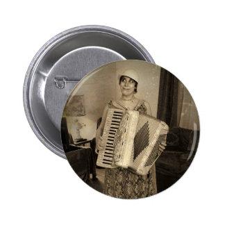 Chica retro del acordeón pin redondo de 2 pulgadas