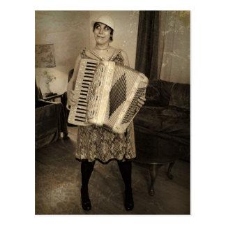 Chica retro del acordeón postales