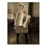 Chica retro del acordeón tarjeta postal