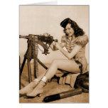 Chica retro del artillero de máquina de las mujere felicitacion