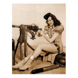 Chica retro del artillero de máquina de las mujere postales