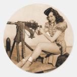Chica retro del artillero de máquina de las pegatinas redondas