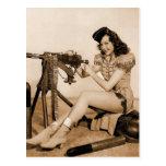 Chica retro del artillero de máquina de las postal