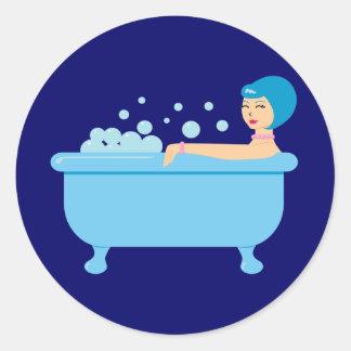Chica retro del baño de burbujas etiquetas redondas