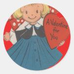 Chica retro del vintage con la tarjeta de la pegatina redonda