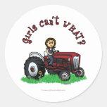Chica rojo claro del granjero etiquetas redondas