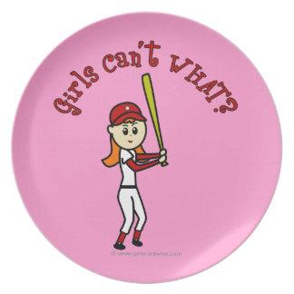 Chica rojo claro del softball platos de comidas