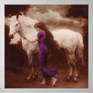 Chica romántico del Victorian con el caballo blanc Poster