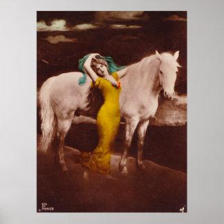 Chica romántico del Victorian con el caballo blanc Póster