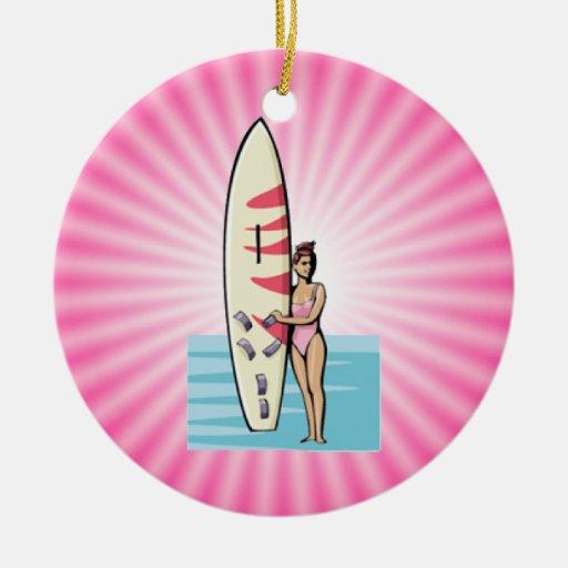 Chica rosado de la persona que practica surf adorno navideño redondo de cerámica