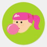 Chica rosado del chicle etiqueta redonda