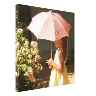 Chica rosado del paraguas lona envuelta para galerías