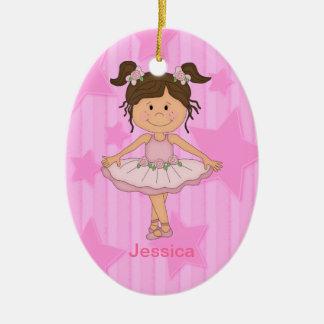 Chica rosado lindo del ballet en las barras y adorno navideño ovalado de cerámica