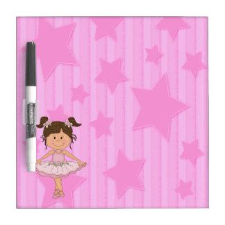 Chica rosado lindo del ballet en las barras y estr tableros blancos
