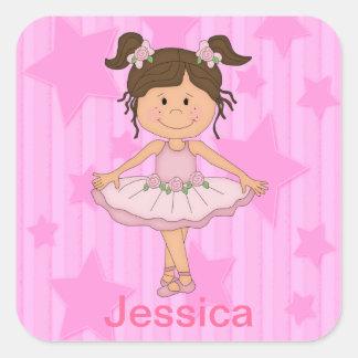 Chica rosado lindo del ballet en las barras y colcomanias cuadradas