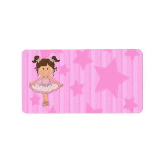 Chica rosado lindo del ballet en las estrellas y r etiqueta de dirección