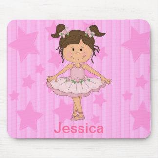 Chica rosado lindo del ballet en las estrellas y r tapete de ratones