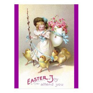 Chica, rosas rosados y polluelos en los correos tarjeta postal